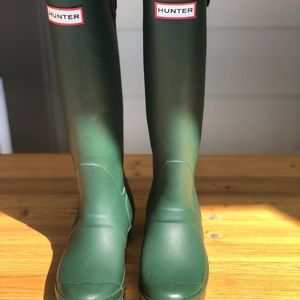 GENTLY USED HUNTER RAIN BOOTS WITH ADJUSTABLE BACK